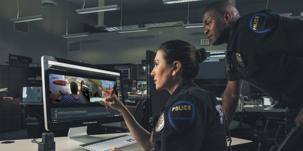 Two officers manage digital evidence with EL4.
